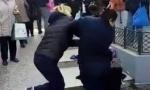 Nokautirana komunalna policajka: Ulična prodavačica na Vidikovcu je oborila jednim udarcem (VIDEO/FOTO)