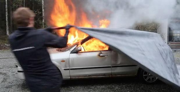 Norvežani izmislili poseban prekrivač za gašenje požara na automobilu