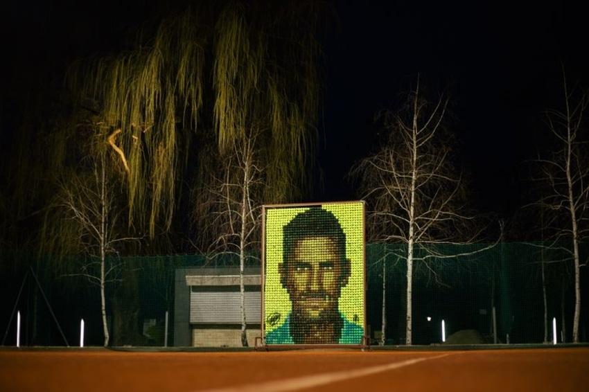 Novakov mural od teniskih loptica? I treba, jer svetski broj 1 igra i vezanih očiju! (VIDEO)