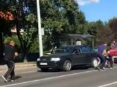 Novčanice padale sa neba u Zagrebu, oglasio se čovek koji ih je skupljao VIDEO
