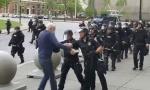 Novi UZNEMIRUJUĆI SNIMAK: Policajci udarili i oborili demonstranta, krv se prolila po ulici, oni produžili dalje (VIDEO)