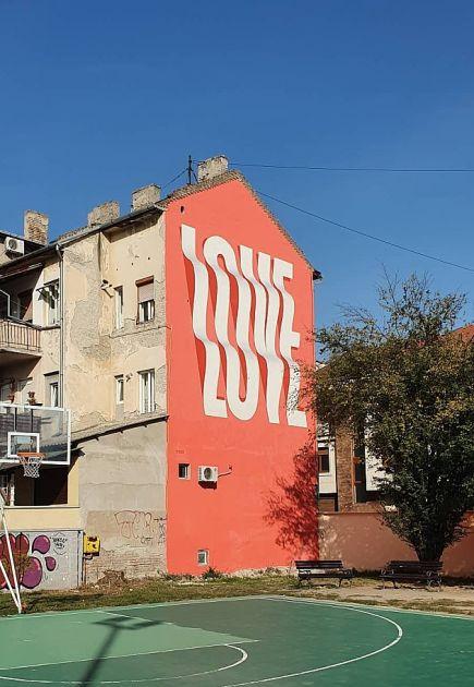 Novi mural posvećen ljubavi krasi deo fasade zgrade u Novom Sadu
