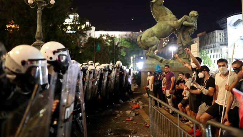 Novinari između dve vatre: Na udaru i policije i demonstranata