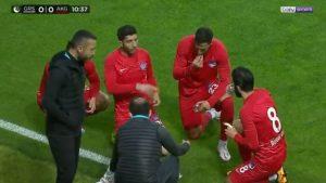 OBROK U TOKU UTAKMICE: Turski fudbaleri zbog vere morali da jedu u toku utakmice!