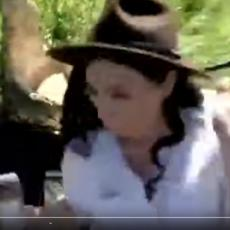 OČI U OČI SA KRVOLOČNOM ZVERI Htela je da se slika pored krokodila kada je životinja otvorila svoje OGROMNE ČELJUSTI (VIDEO)