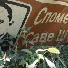 ODAVANJE POŠTE ČUVENOM UMETNIKU DOVEDENO U PITANJE: Srušena tabla Save Šumanovića na ulazu u Šid (FOTO)