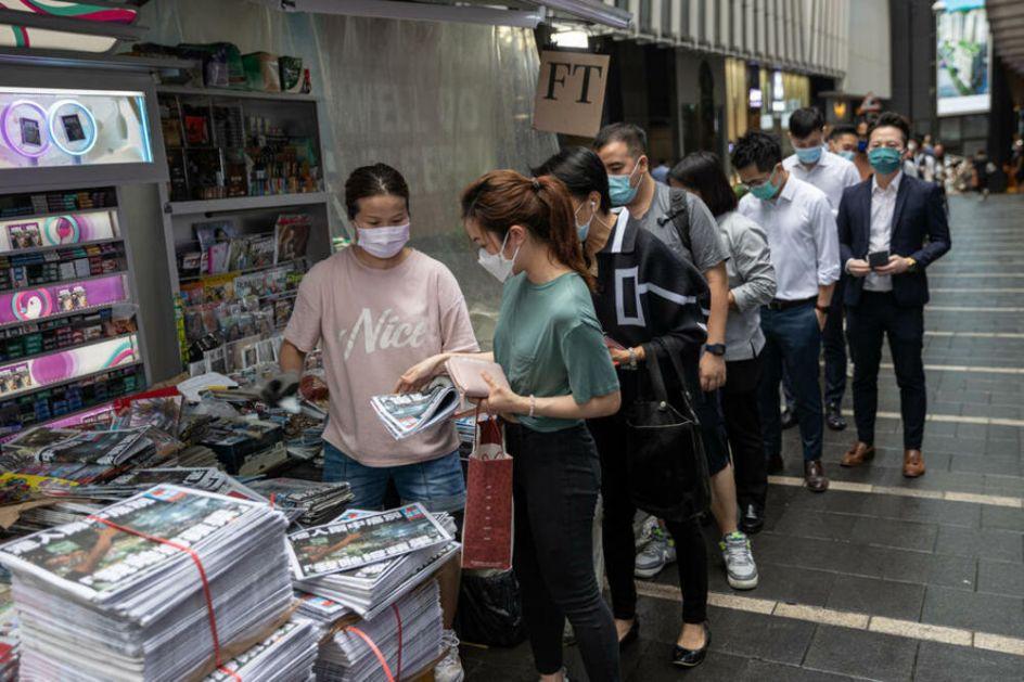 ODLAZI U ISTORIJU: Redovi pred kioscima za poslednji broj prodemokratskog hongkonškog lista