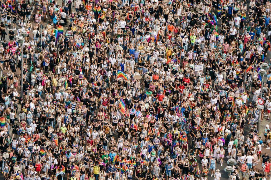 ODRŽANA PARADA PONOSA U BERLINU: Odgovor na Anti-LGBT poteze Mađarske i Poljske! Podrška i sa zgrade ambasade SAD