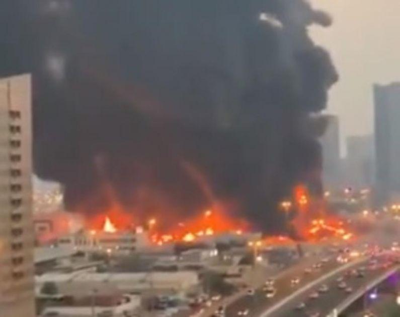 OGROMAN POŽAR NA GRADSKOJ PIJACI U EMIRATIMA: Crni dim prekrio čitavo nebo, buktinja ne posustaje! (VIDEO)