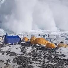 OGROMNA SNEŽNA LAVINA KRENULA KA ŠATORIMA ALPINISTA: Obrušila se munjevitom brzinom, planinari nepomično gledali u nju (VIDEO)