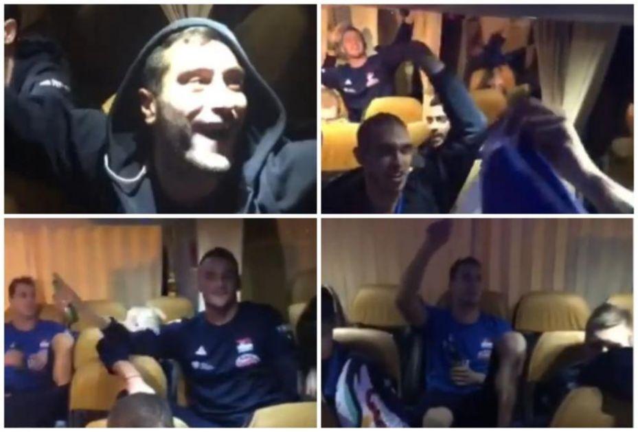 OJ KOSOVO, KOSOVO, ZEMLJO MOJA VOLJENA! Srpski odbojkaši u GLAS zapevali dobro poznatu pesmu i napravili OPŠTI HAOS u autobusu! DA SE NAJEŽIŠ (VIDEO)