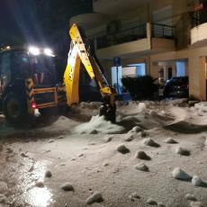 OLUJA KAKVU GRČKA NIJE VIDELA! Kao sneg da je pao: Tukao grad, bagerima ga sklanjali sa puteva (FOTO/VIDEO)