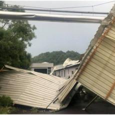 OLUJA PROTUTNJALA KOSTAJNICOM: Jak vetar nosio krovove i rušio stabla (FOTO)