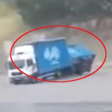 OLUJNO NEVREME U KOSTAJNICI: Vetar nosio krovove, čak prevrnuo kamion sa prikolicom (VIDEO)