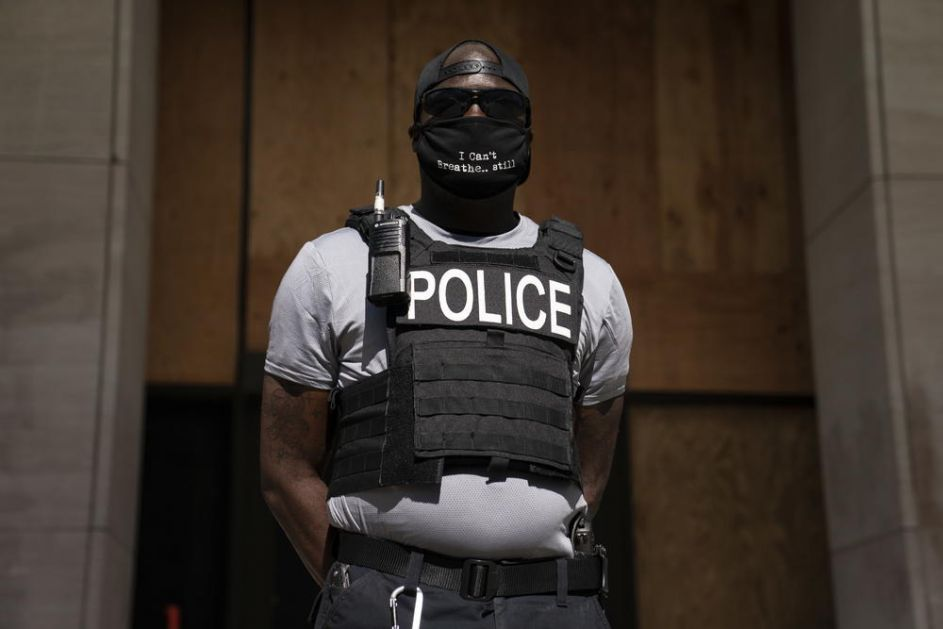 ON JE USPEO DA BUDE POLICAJAC I DEMONSTRANT ISTOVREMENO: Ovaj detalj na policajcu pred Belom kućom malo ko je video!