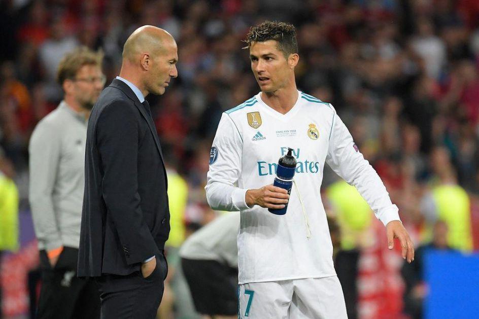 ON JEDNOSTAVNO ZNA DA REŠI TAJ VELIKI PROBLEM U SVLAČIONICI! Kristijano Ronaldo otkrio tajnu istorijskog uspeha Zinedina Zidana!