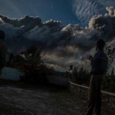 OPET SE PROBUDIO DIV NA SUMATRI: Debeli sloj pepela prekrio naselja i 20 kilometara udaljena od vulkana (VIDEO)