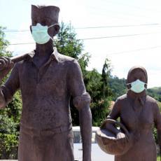 OPOMENA SVIMA: Spomenik SELJAKU i SELJANKI osvanuo u NESVAKIDAŠNJEM IZDANJU (FOTO)