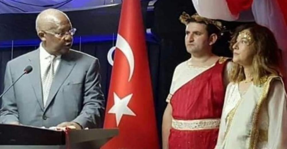 OPOZVANA PO KRATKOM POSTUPKU: Turska ambasadorka u Ugandi smenjena zbog kostima Jelene Trojanske! (FOTO)