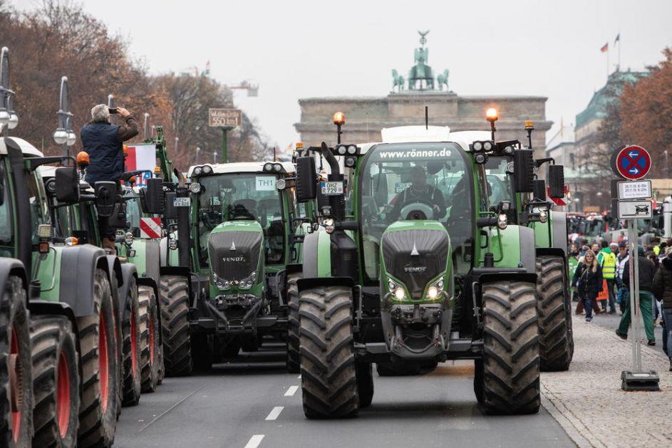 OPSADA BERLINA, 5.000 TRAKTORA UMARŠIRALO U NEMAČKU PRESTONICU: Farmeri besni na vlast zbog eko zakona (FOTO, VIDEO)