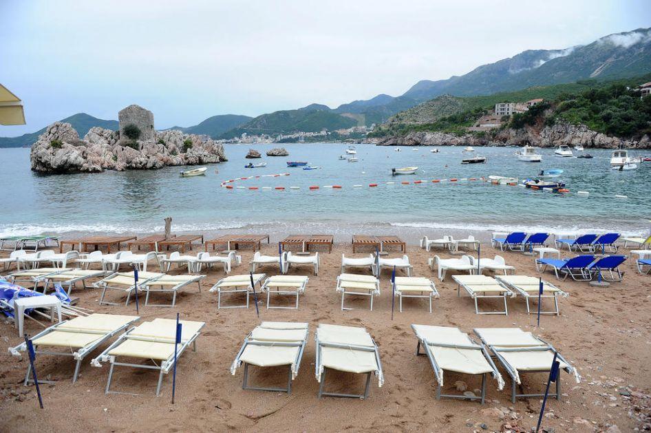 OPŠTE RASULO NA CRNOGORSKIM PLAŽAMA: Turisti se žale da nema spasilaca, kabina za presvlačenje, ali i na buku, uzurpaciju plaža i neljubazno osoblje!