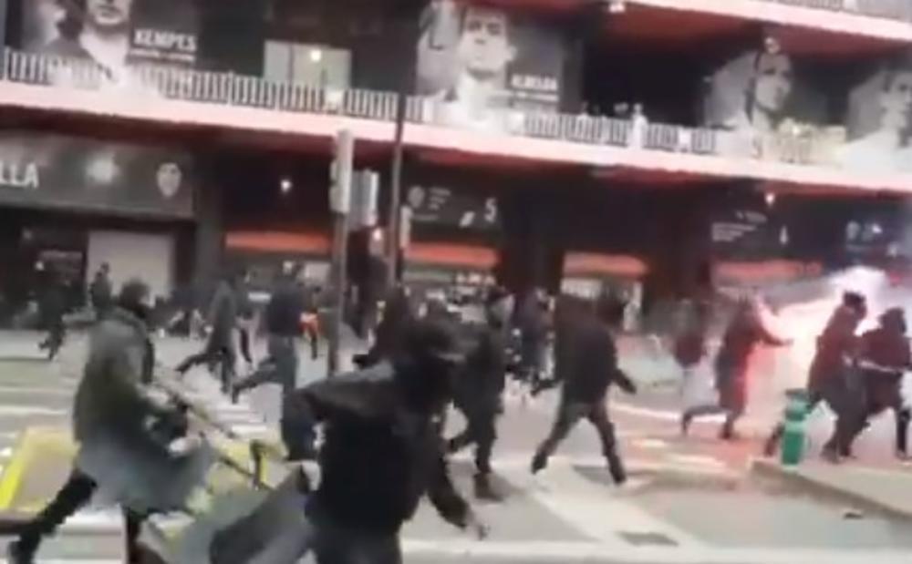OPŠTI HAOS ISPRED MESTALJE: Pogledajte brutalnu tuču navijača Valensije i Barselone! Ovo Španija nije videla skoro VIDEO