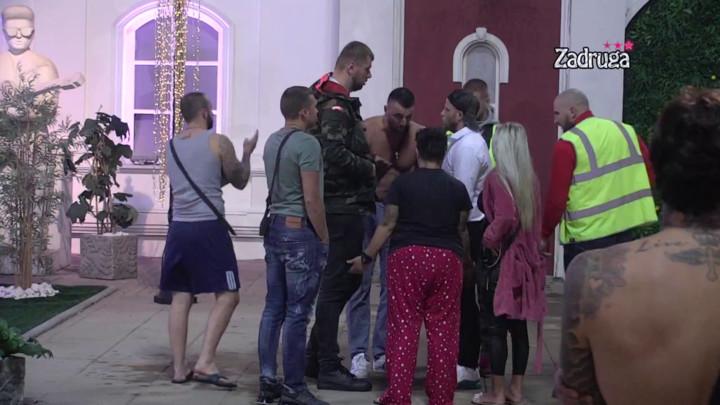 ORILA SE ZADRUGA! Vladimir i Rade ušli u ŽESTOKI SUKOB zbog gnusne šale, pa se dotakli Ive! Obezbeđenje odmah reagovalo! (VIDEO)