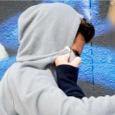 OSUMNJIČENI DA SU SEKSUALNO UZNEMIRAVALI DEČAKA SA SMETNJAMA U RAZVOJU:  Pokrenut postupak protiv maloletnika iz Bačkog Jarka