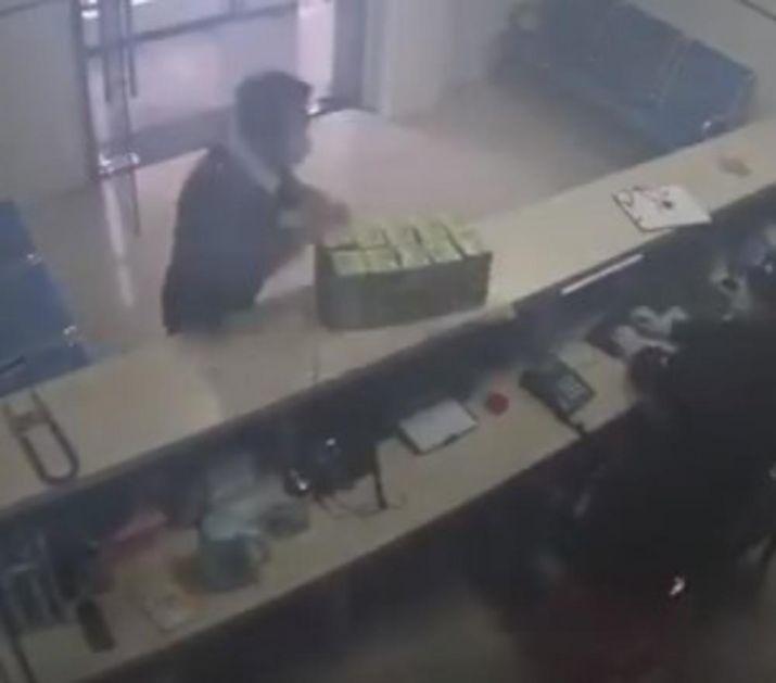 OVAJ KINEZ JE SVE ODUŠEVIO: Ušetao u policijsku stanicu u Vuhanu i uradio nešto zbog čega su mu salutirali! (VIDEO)