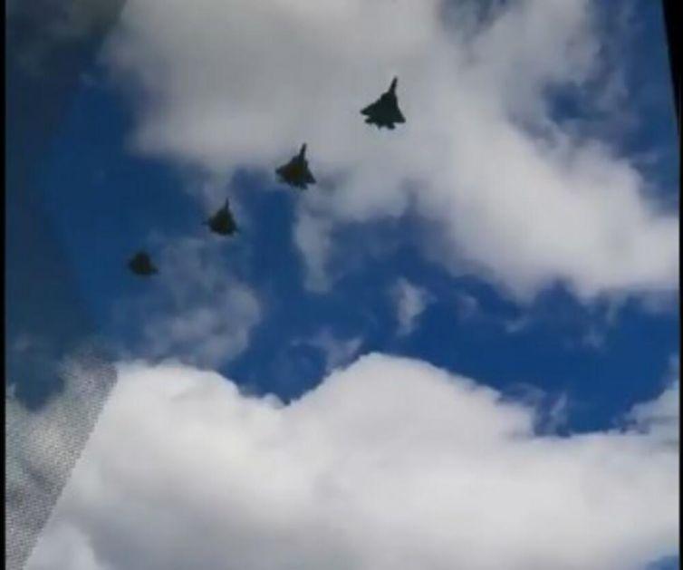 OVAJ ZVUK LEDI RUSKE NEPRIJATELJE: Evo kako zvuči moćni Su-57 u letu! Snimak je nastao na vežbi parade za Dan pobede 9. maja VIDEO