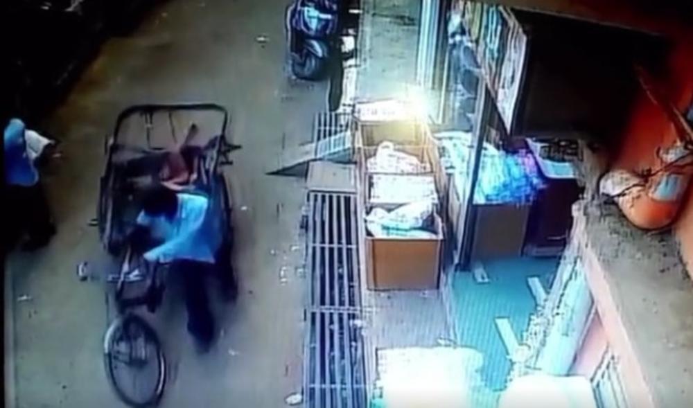 OVAKO NEŠTO NIJE MOGUĆE NI U FILMOVIMA: Dečak pao sa 2. sprata, a baš u tom trenutku je prolazio muškarac sa rikšom! (VIDEO)
