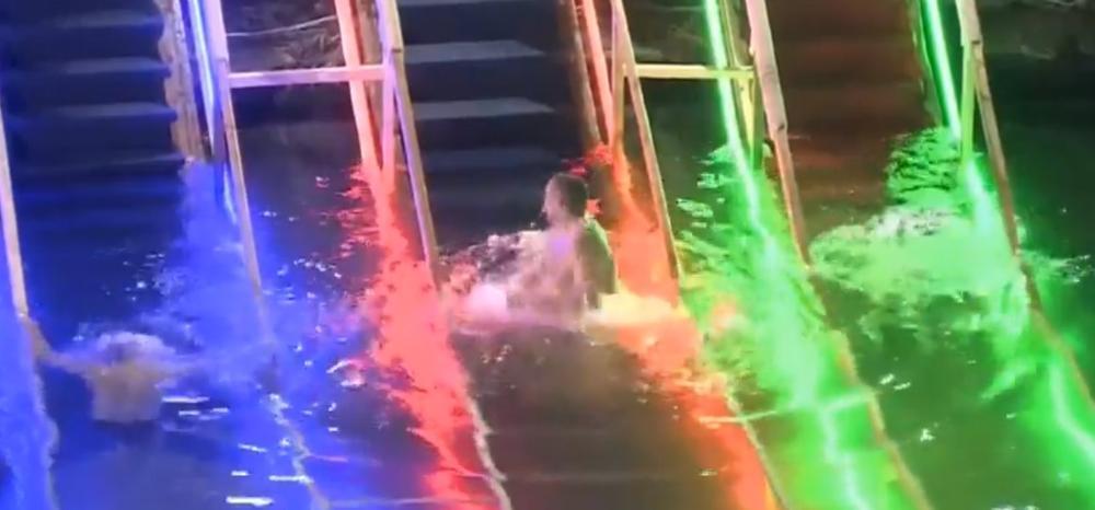 OVAKO RUSI OBELEŽAVAJU BOGOJAVLJANJE: Tradicionalno kupanje na debelom minusu, tri puta uranjaju u vodu (VIDEO)