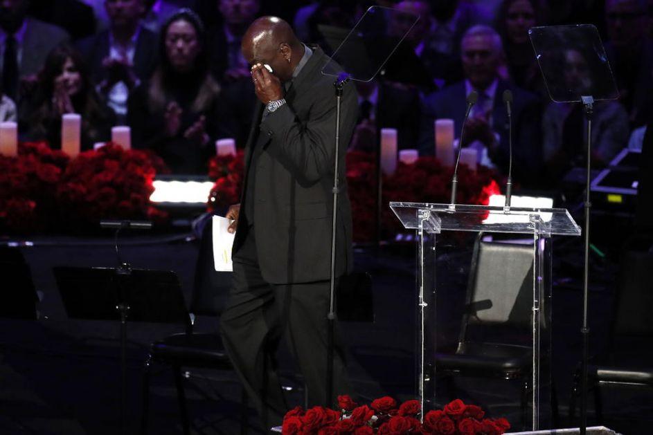 OVAKVOG DŽORDANA NIKADA NISTE VIDELI: Legenda plakao KAO KIŠA dok je držao govor na komemoraciji Brajanta! VIDEO