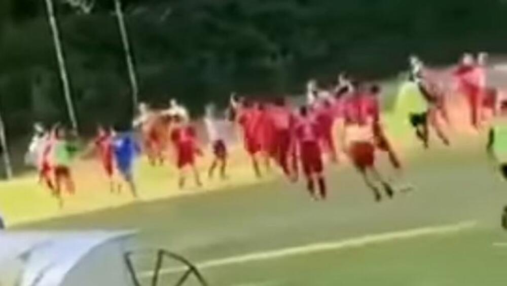 OVO JE STRAŠNO, UBIĆE NEKOG! Jezive scene tuče fudbalera srpske veton lige VIDEO