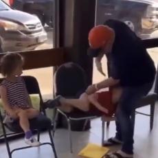 OVO JE SUROVO! Deda nije znao kako da obuzda unuke, pa je uradio nešto SKANDALOZNO, kamera je sve zabeležila (VIDEO)