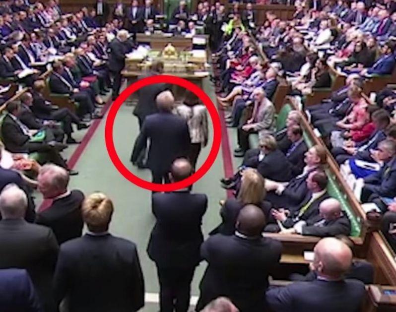 OVO JE TRENUTAK KADA JE BORIS DŽONSON NASANKAN: Usred njegovog govora, poslanik prešao na stranu opozicije i napravio lom! (VIDEO)