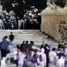 OVO JE TRENUTAK KADA JE POLICIJA MORALA DA REAGUJE : Pogledajte BRUTALNE NAPADE huligana (VIDEO)