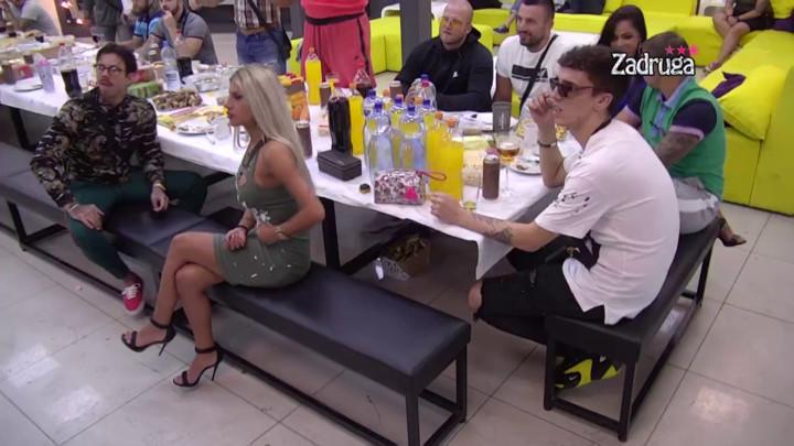OVOGA SE NIKO NE BI SETIO! Zadrugari sakrili hranu ispod stola, ovaj prizor će zaprepastiti mnoge! (VIDEO)