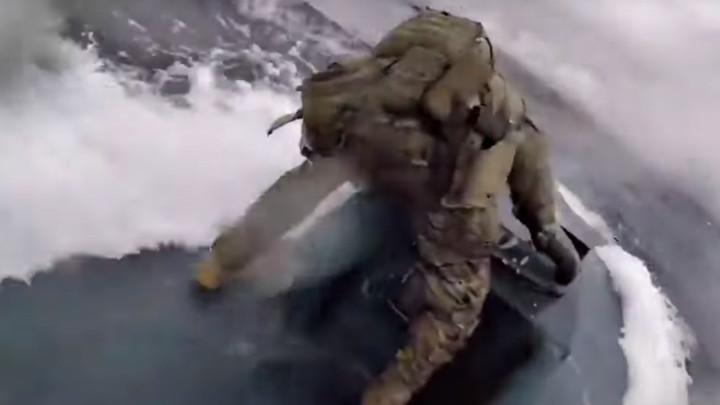 Obalska straža SAD skače na podmornicu s kokainom u pokretu