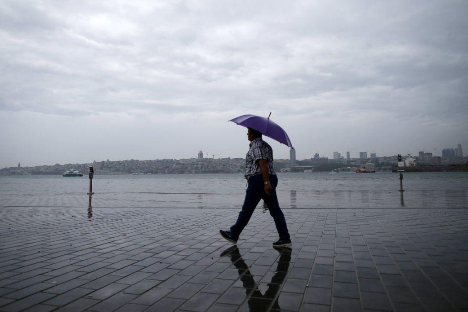 Obilna kiša paralisala Istanbul, nastradala jedna osoba