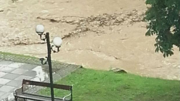 Vanredna situacija u Krupnju, poplavljena osnovna škola