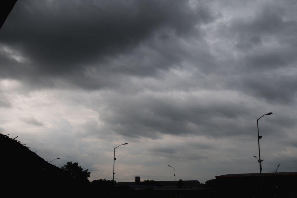 Oblačno, ponegde kiša