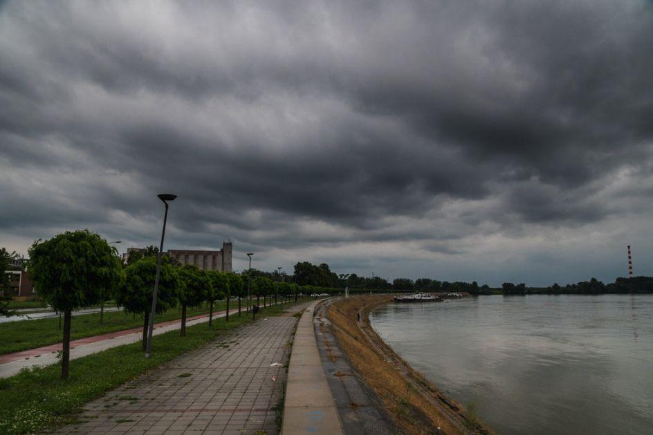 Oblačno, sparno, mestimično kiša i grmljavina