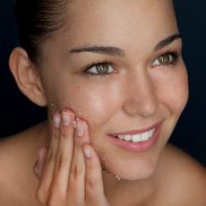 Obratite pažnju: Šta se zapravo događa vašoj koži ako ne uklonite šminku pre spavanja?