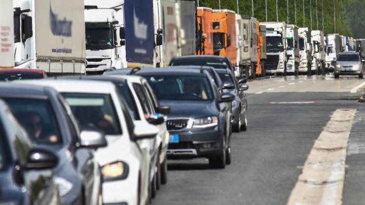 Očekuje se pojačan saobraćaj - Kamioni na prelazima čekaju do šest sati