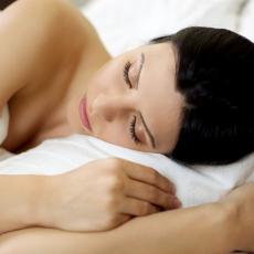 Odbacite pidžame i spavaćice tokom leta: 4 razloga zbog čega je dobro spavati bez ičega na sebi!