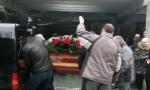 Ode moja duša: Sahranjen Bane 187, majka Dara stajala pored kovčega i plakala