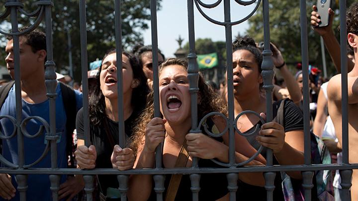 Oko 100.000 žena u Brazilu protestuje protiv predsednika Bolsonara