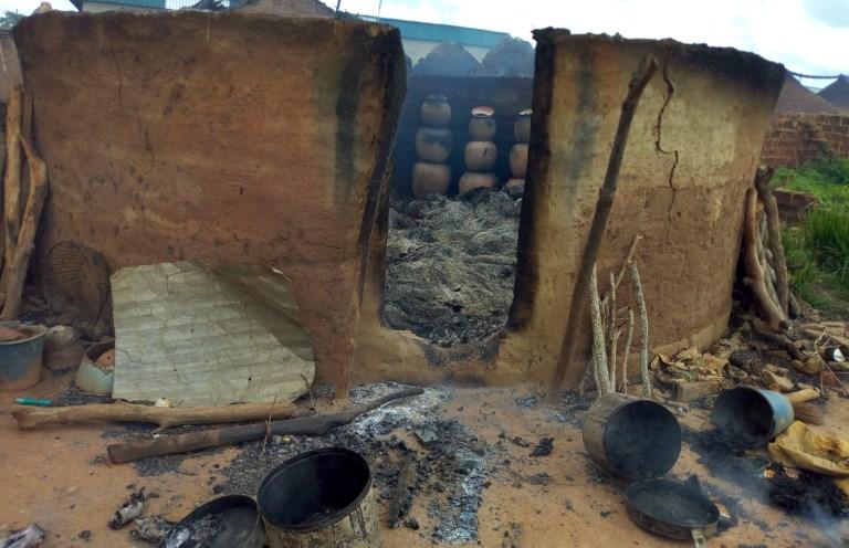 Oko 100 mladih upalo u selo u Obali Slonovače i spalilo kuće