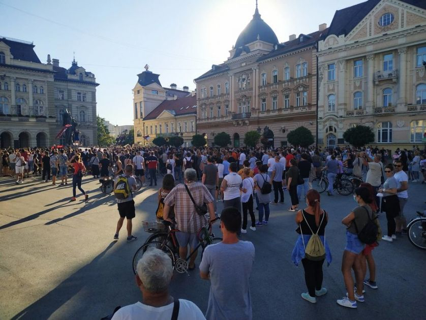 Demonstranti napali zgradu Radio-televizije Vojvodine, molotovljevim koktelima i bakljama na Gradsku kuću (VIDEO)